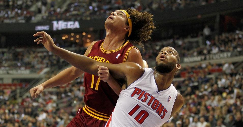 Varejão tenta passar pela marcação de Greg Monroe, do Detroit Pistons, na vitória do Cleveland Cavaliers
