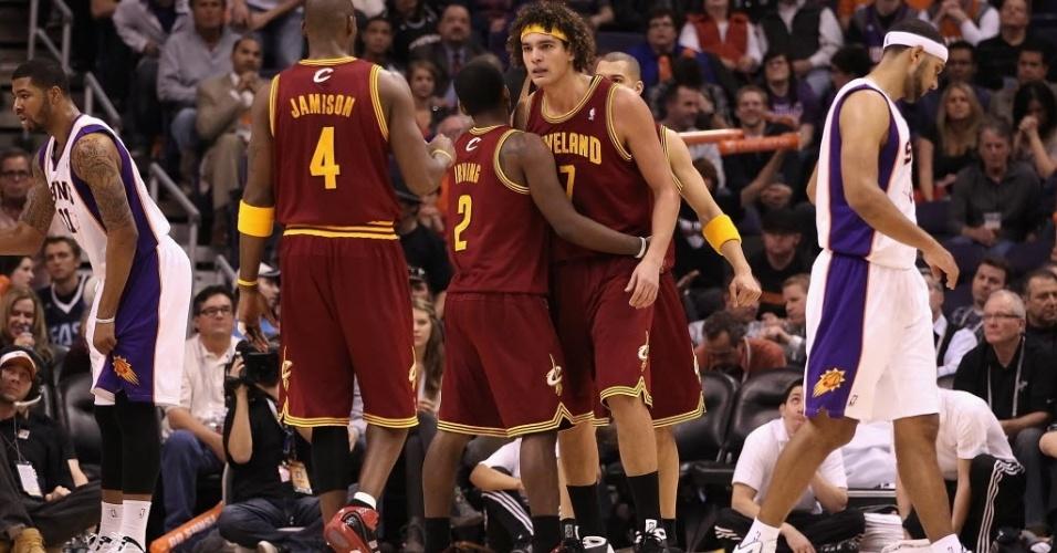 Anderson Varejão é cumprimentado por companheiros durante vitória dos Cavs sobre os Suns