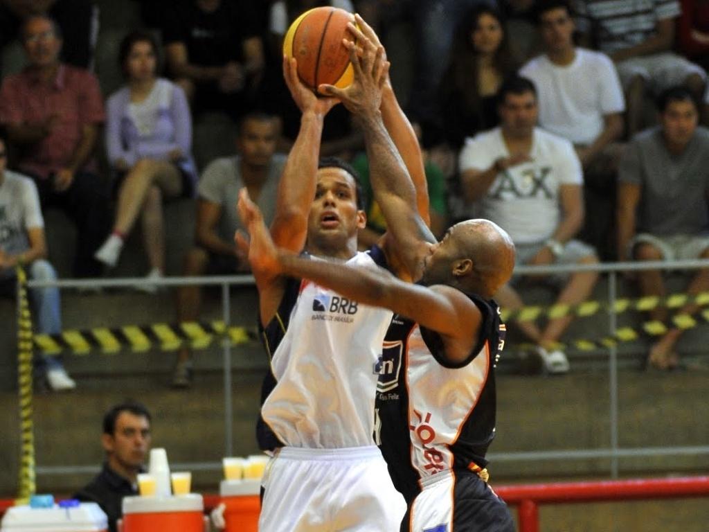 Arthur, do Brasília, arrisca arremesso sobre Larry Taylor, de Bauru