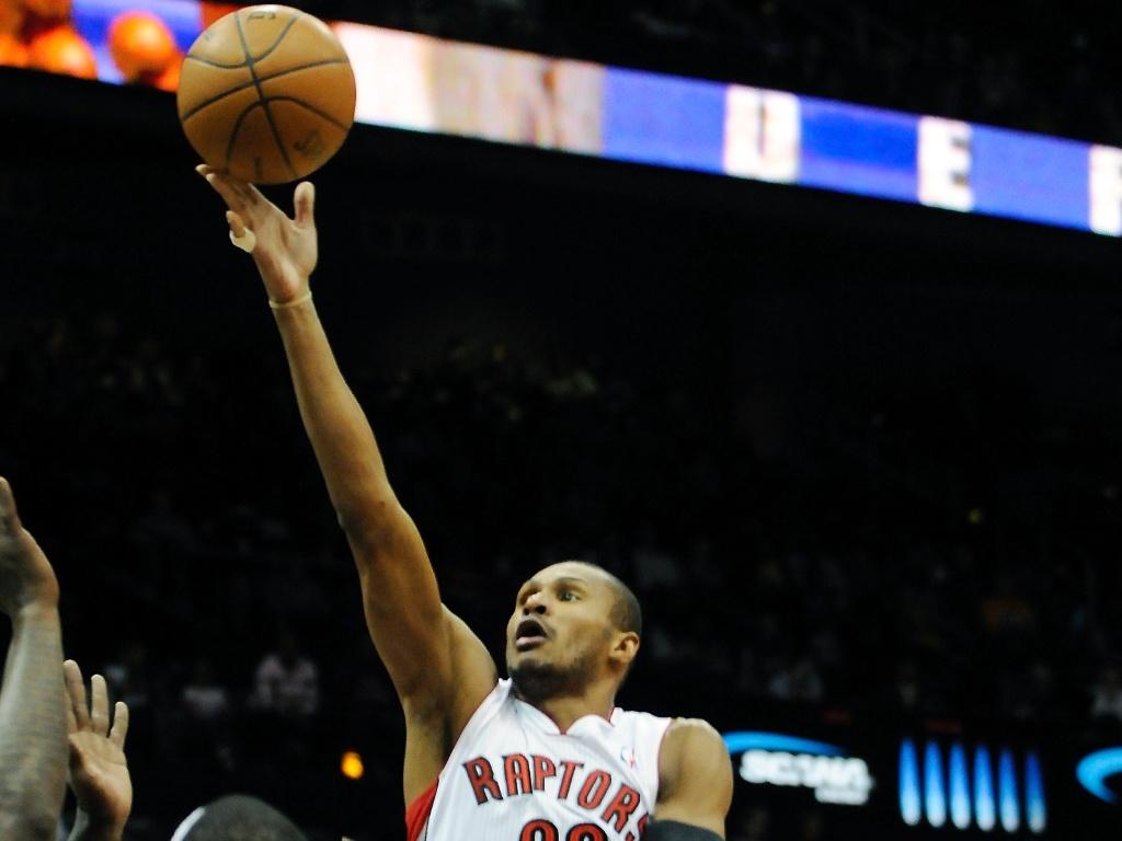 Leandrinho tenta arremesso no jogo do Toronto Raptors contra o Atlanta Hawks