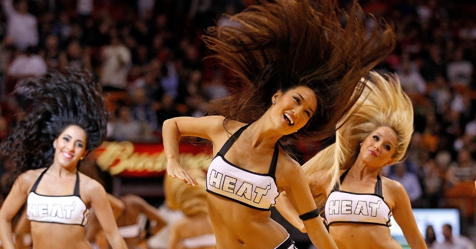 Cheerleaders do Miami Heat coreografam no intervalo da partida contra o Dallas Mavericks