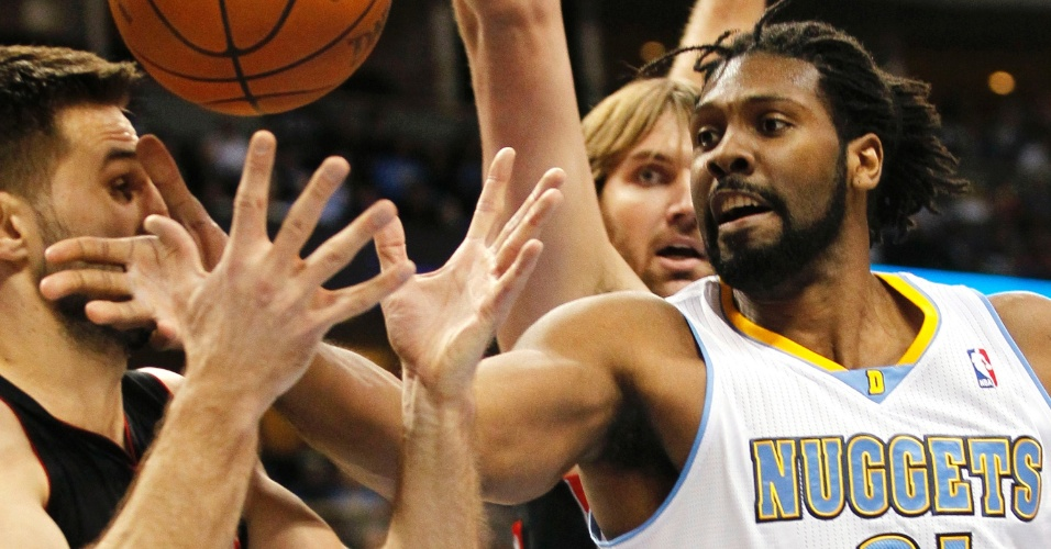 Nenê (d), do Denver Nuggets, disputa jogada durante jogo contra o Toronto Raptors (28/01/2012)
