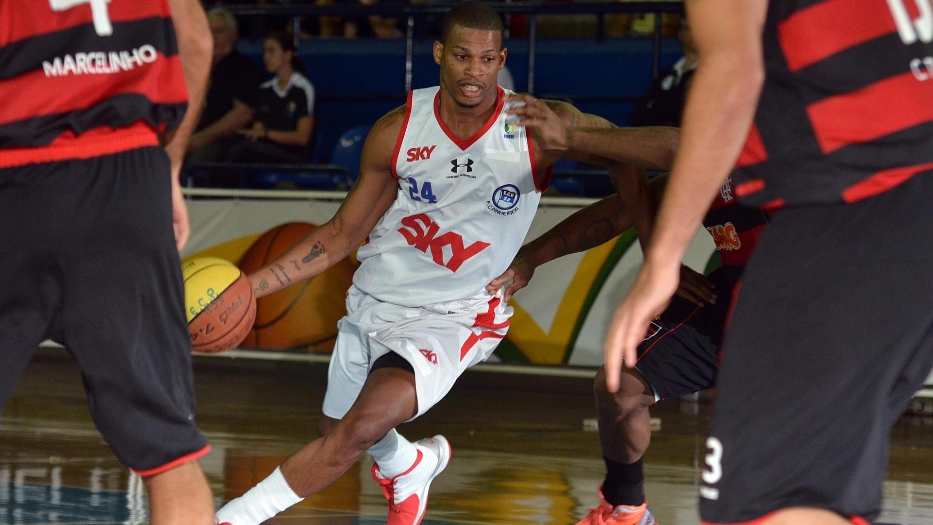 Shamell, do Pinheiros, tenta passar pela defesa do Flamengo, no NBB tenta