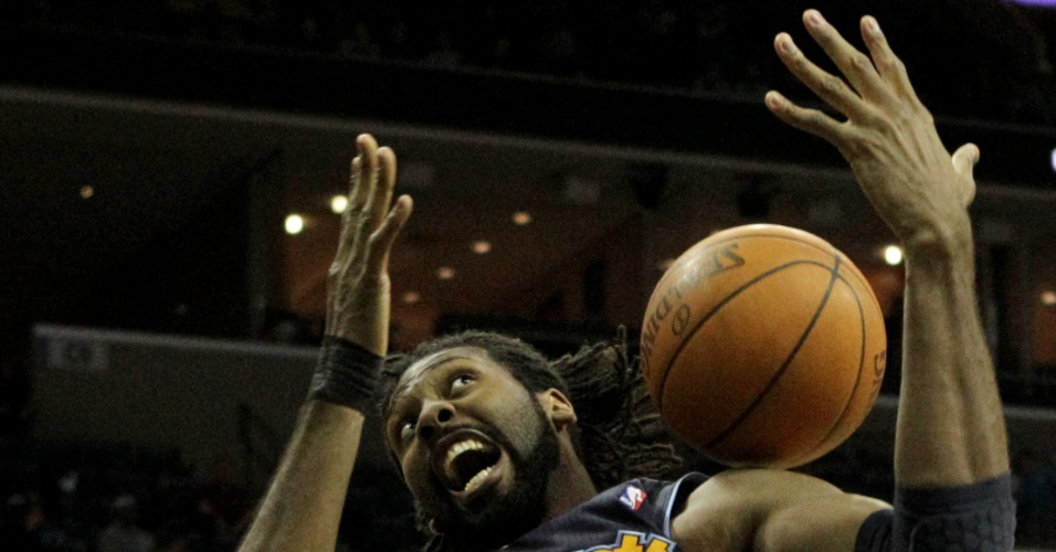 O brasileiro Nenê, do Denver Nuggets, disputa bola com Marc Gasol, do Memphis Grizzlies