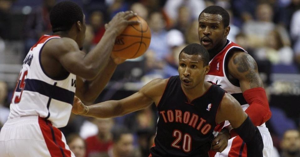 Leandrinho, do Toronto Raptors, marca o rival do Washington Wizards durante a derrota da sua equipe em partida pela NBA
