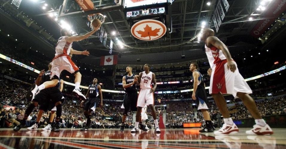 Andrea Bargnani, do Toronto Raptors, salta para enterrar contra o Minnesota Timberwolves (09/01/2012)