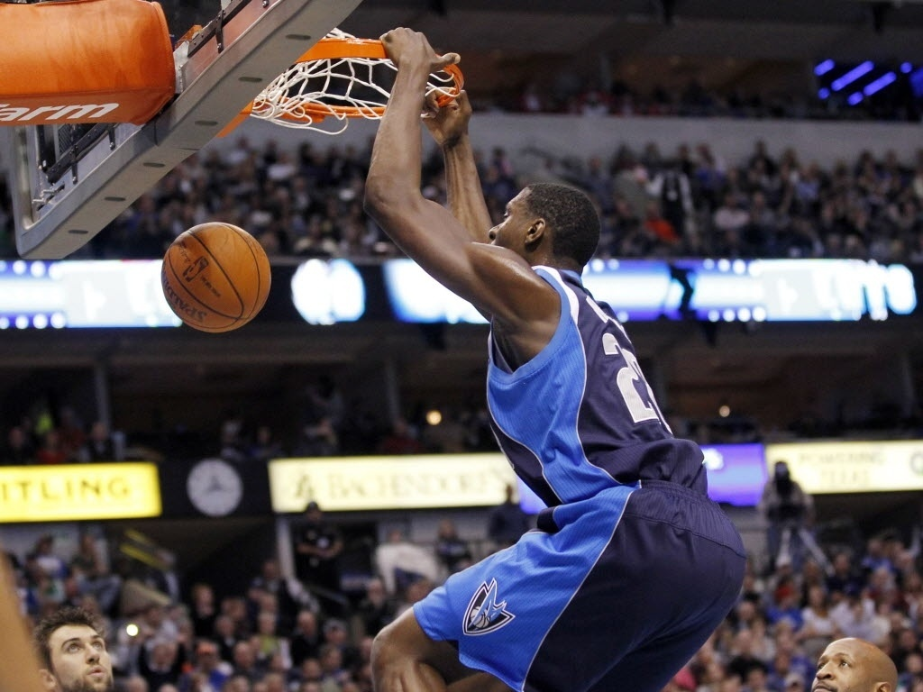 Ian Mahinmi, do Dallas Mavericks, enterra contra o Toronto Raptors (30/12/2011)