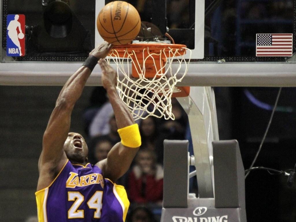 Kobe Bryant falha ao tentar enterrada contra o Milwaukee Bucks (28/01/2012)