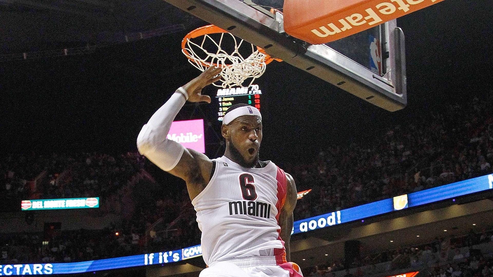 LeBron James comemora após conseguir enterrada na vitória do Heat contra o Cleveland
