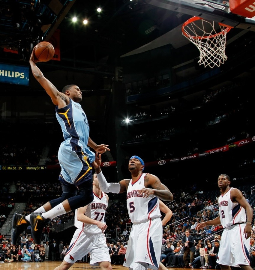 Rudy Gay, do Memphis Grizzlies, voa para enterrar contra o Atlanta Hawks