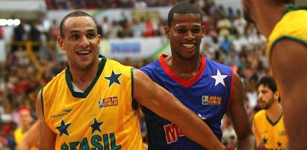 Alex Garcia sorri durante a vitória brasileira contra os estrangeiros no Jogo das Estrelas do NBB