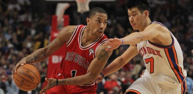 Derrick Rose (esq) levou a melhor no confronto contra Jeremy Lin na noite de segunda