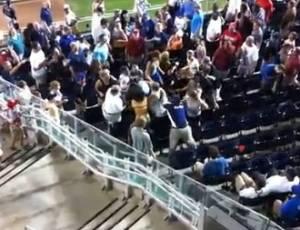 Mulher apanha em briga entre torcedores durante jogo entre New York Mets e Washington Nationals