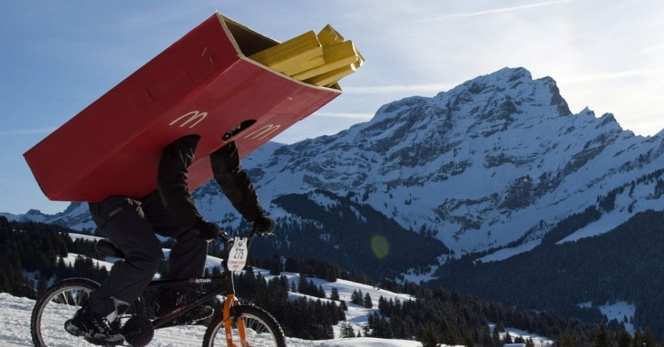 Ciclista fantasiado de pacote de batatas frita compete na Suíça (18/02/2012)