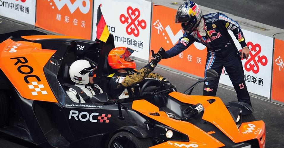 Sebastian Vettel cumptimenta Michael Schumacher durante a Corrida dos Campeões em Pequim