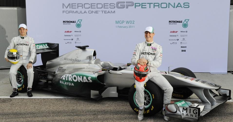 Nico Rosberg e Michael Schumacher mostram o carro da Mercedes GP para 2011