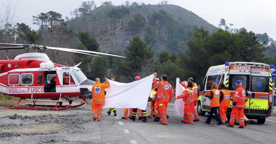 Médicos levam Robert Kubica até o helicóptero após acidente na Itália