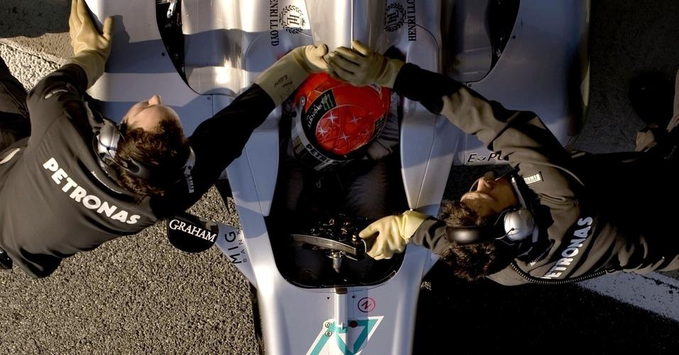 Michael Schumacher tem carro recolhido durante os testes de Jerez