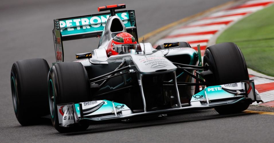 Michael Schumacher pilota carro da Mercedes durante treino livre para o Grande Prêmio da Austrália (26/03/2011)
