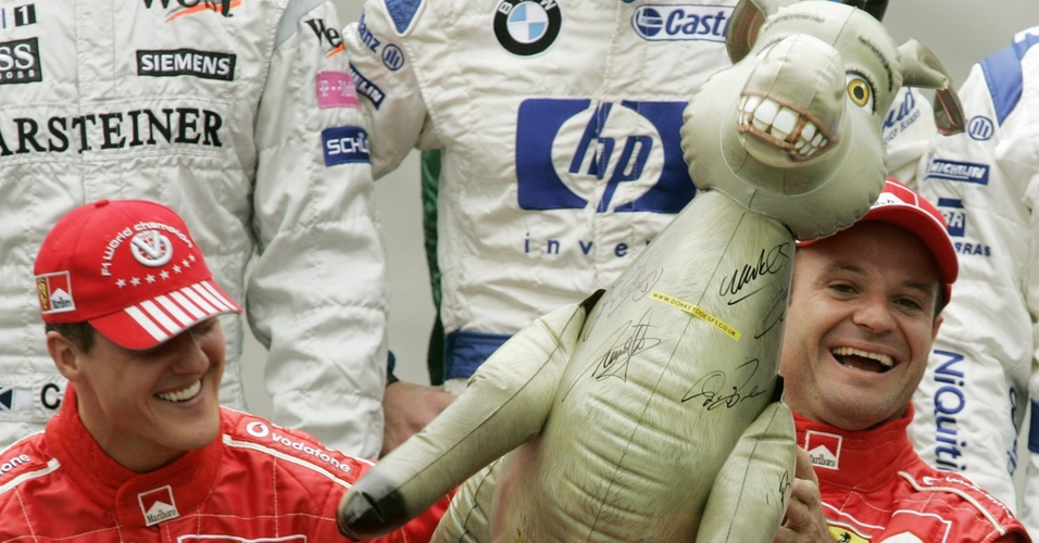 Burro, personagem do filme Shrek, vira mascote para Rubens Barrichello e Michael Schumacher na passagem dos pilotos pela Ferrari (24/10/2004)
