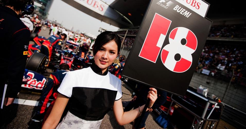 Grid girl se posiciona próxima ao carro de Sebastien Buemi antes da largada para o GP da China (17/04/2011)