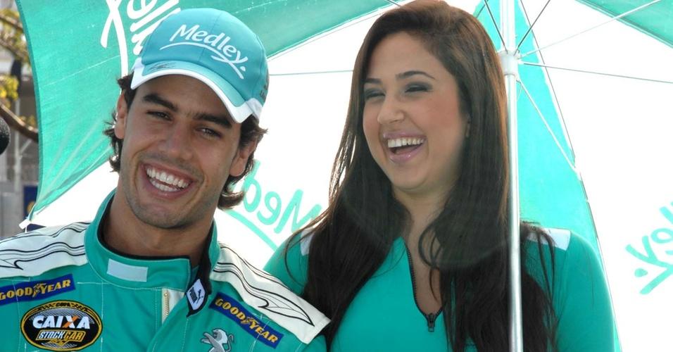 Xandinho Negrão ri ao lado de grid girl antes da largada para a etapa de Ribeirão Preto da Stock Car