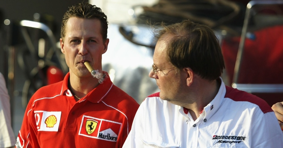 Michael Schumacher fuma charuto durante o GP da Hungria na comemoração do título de construtores da Ferrari (18/08/2002)