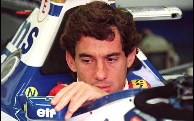 Senna é fotografado em sua Williams no dia em que sofreu o acidente fatal no GP de San Marino