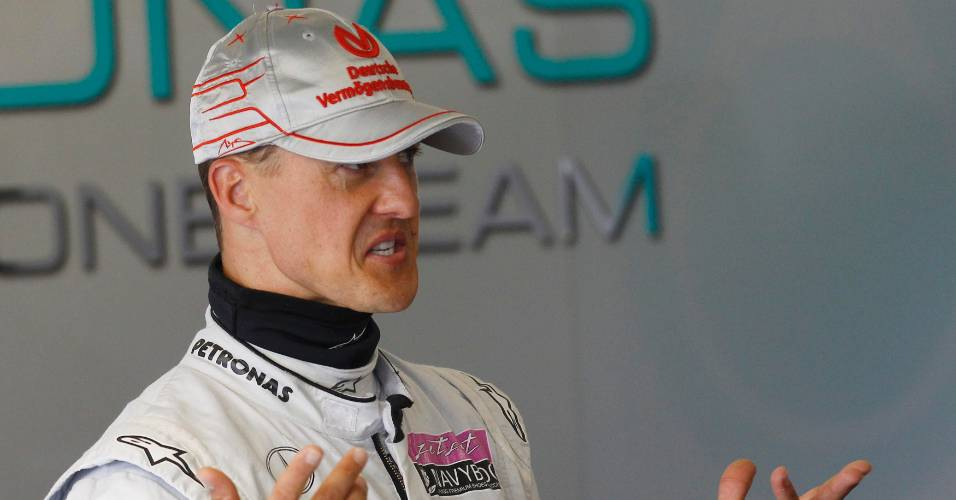 Michael Schumacher gesticula nos boxes da Mercedes durante treino para o GP da Inglaterra, em Silverstone (08/07/2011)