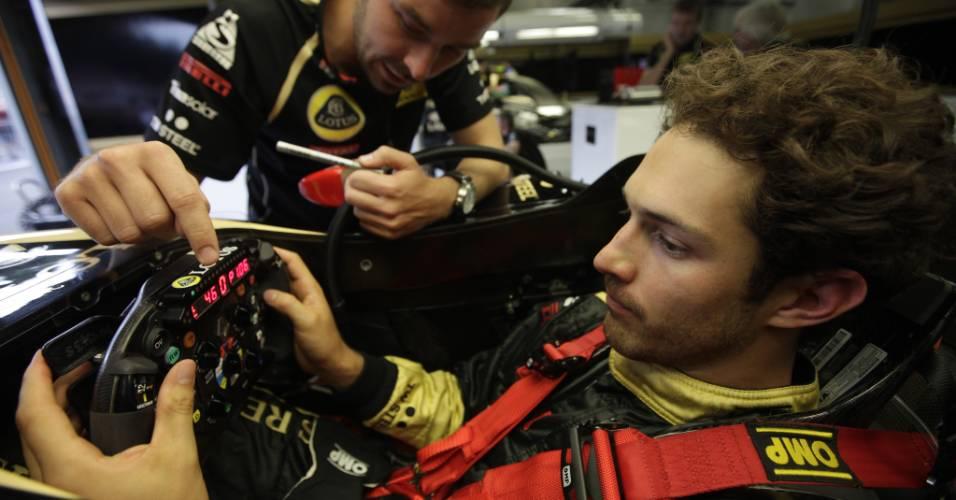 Bruno Senna recebe dicas antes de pilotar o carro da Renault no GP da Bélgica, em Spa-Francorchamps (26/08/2011)