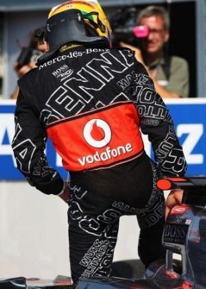 Em seu macacão, Hamilton exibe homenagem da McLaren a Ayrton Senna (10/09/2011)