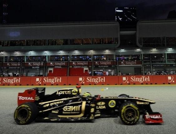 Bruno Senna pilota sua Renault pelo circuito de Marina Bay durante os treinos livres para o GP de Cingapura (23/09/2011)