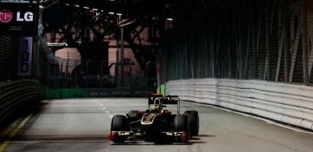 Bruno Senna pilota sua Renault pelo circuito de Marina Bay em Cingapura (24/09/2011)