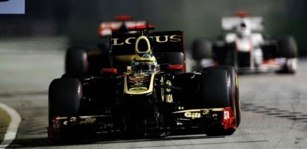 Bruno Senna pilota sua Renault durante o GP de Cingapura (25/09/2011)