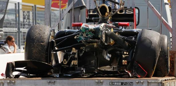 Carro de Bruno Senna é carregado após ter a frente destruída em batida em sessão livre