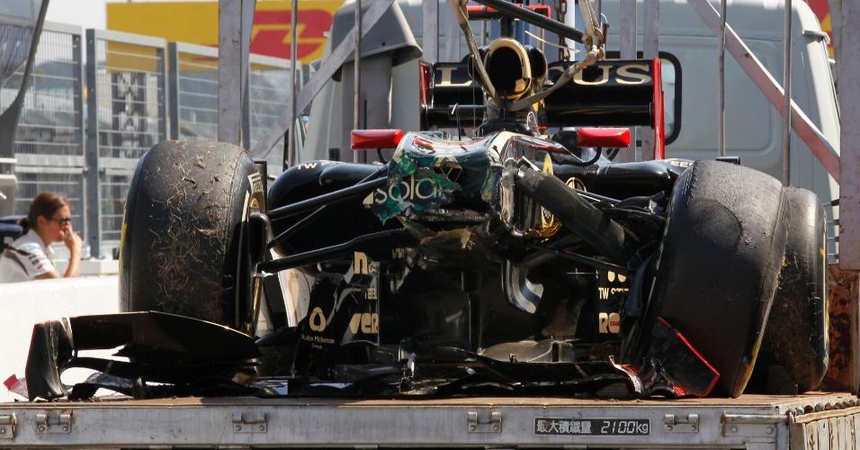 Carro de Bruno Senna é carregado após ter a frente destruída em batida durante a última sessão de treinos livres em Suzuka (08/10/2011)
