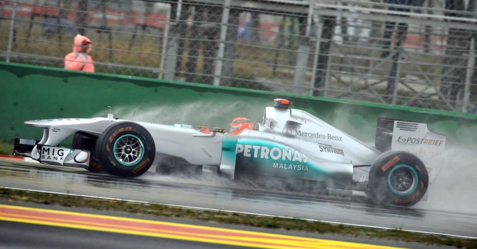 Michael Schumacher fez melhor tempo na primeira sessão de treinos na Coreia (13/10/2011)