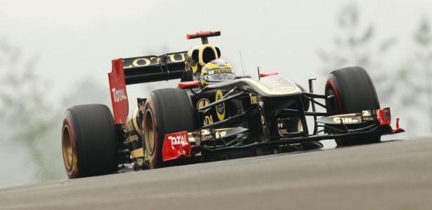 Bruno Senna acelera sua Renault pelo circuito de Yeongam durante o treino de classificação para o GP da Coreia do Sul (15/10/2011)