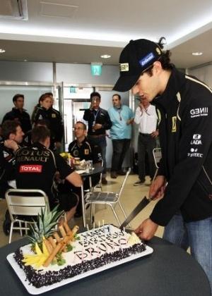 Em seu aniversário, Bruno Senna ganhou bolo da Renault (15/10/2011)