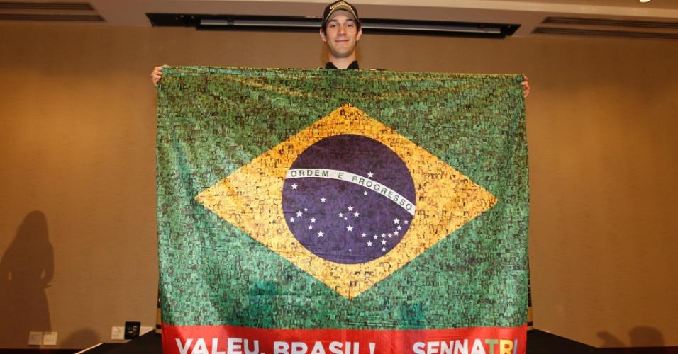 Bruno Senna exibe bandeira em homenagem aos 20 anos do tricampeonato mundial de Ayrton Senna (23/11/2011)