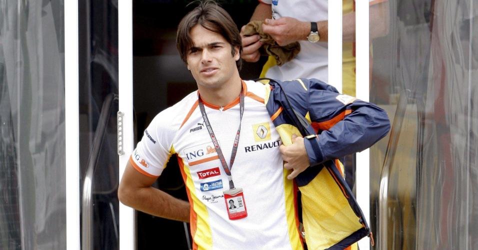 Nelsinho Piquet caminha pelo circuito de Istambul, na Turquia, durante a temporada de 2009 da Fórmula 1 (07/06/2009)