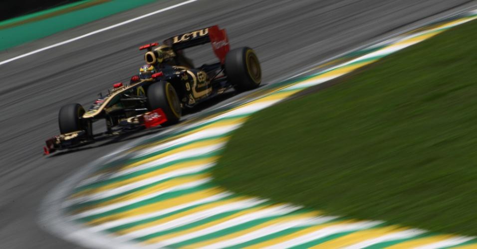 Bruno Senna contorna uma das curvas do circuito de Interlagos (26/11/2011)