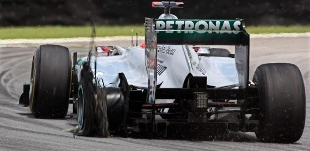 Michael Schumacher tenta levar sua Mercedes para os boxes após toque de Bruno Senna (27/11/2011)