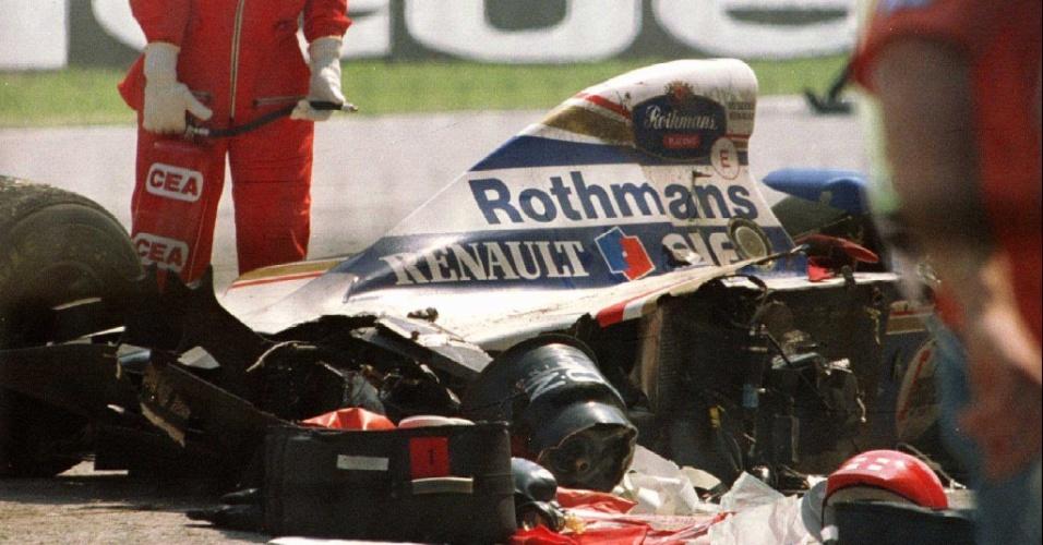Carro de Ayrton Senna fica destruído após acidente que matou o piloto brasileiro (01/05/1994)