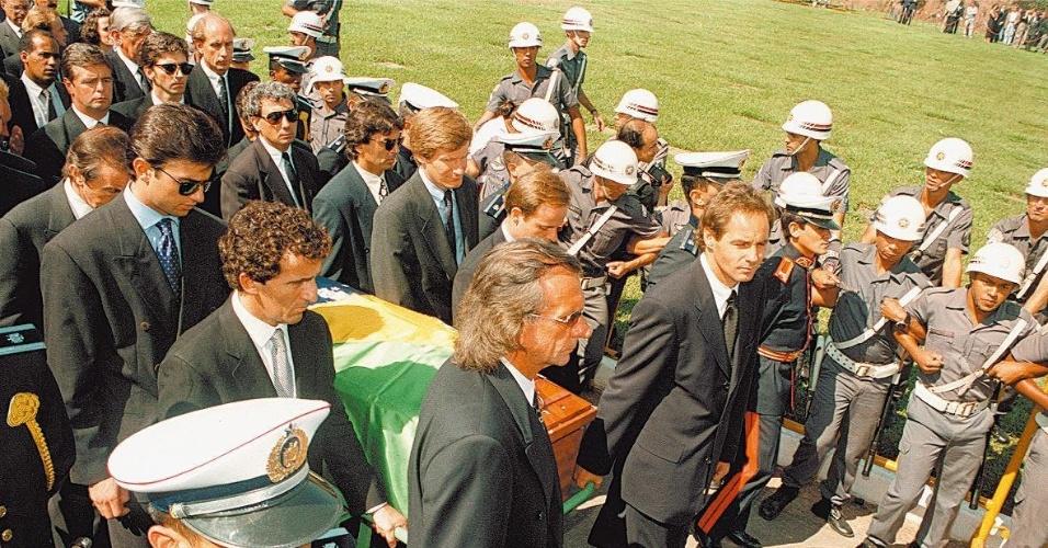 Pilotos carregam caixão do piloto brasileiro Ayrton Senna (05/05/1994)