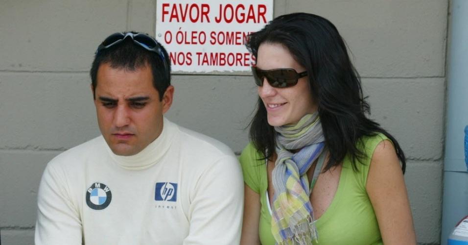 Durante a disputa do GP do Brasil de F-1 em 2004, Montoya conversa com a mulher Connie