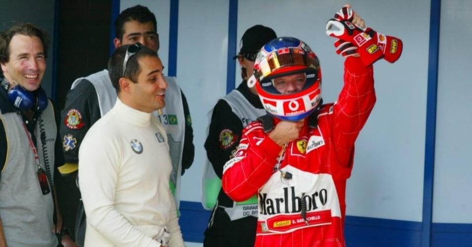 Juan Pablo Montoya (esq) e Rubens Barrichello conversam após o treino oficial para o GP do Brasil em 2004