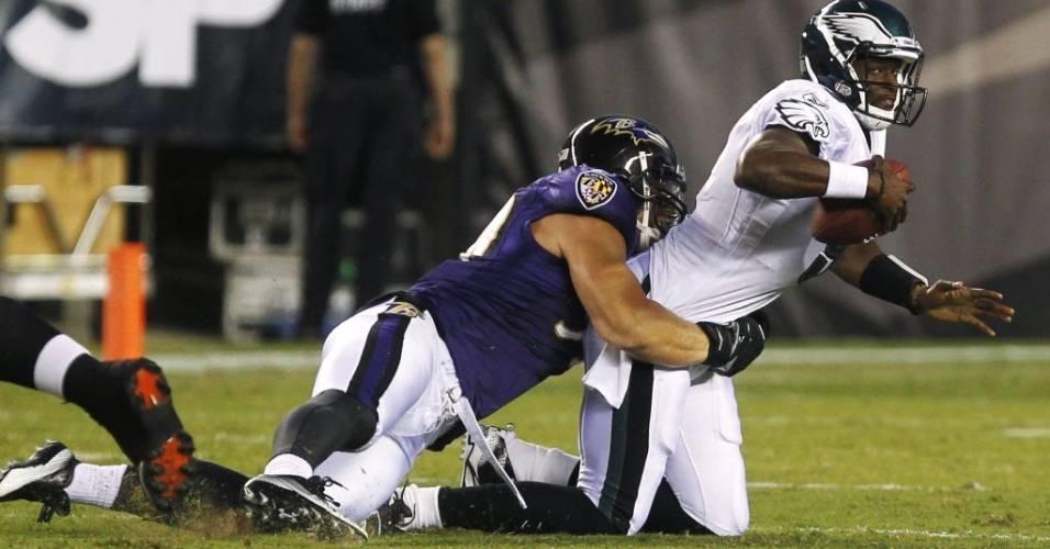Vince Young, quarterback do  Philadelphia Eagles, é agarrado por Paul Kruger (11/08/11)