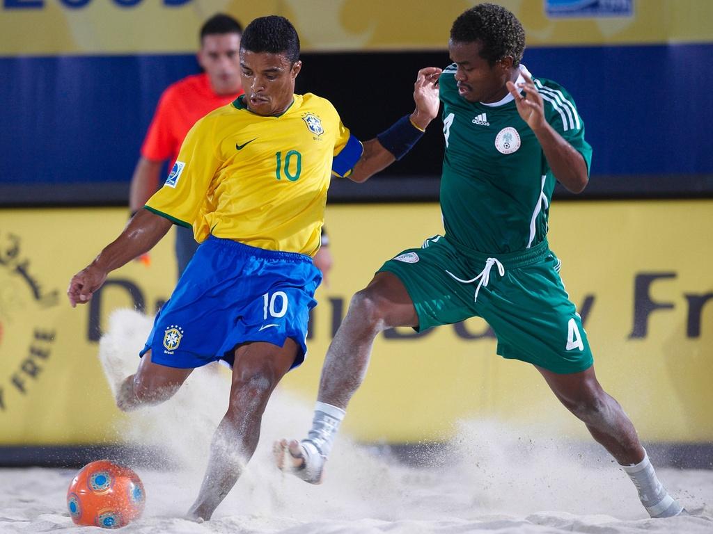 Benjamin em ação pela seleção brasileira de futebol de areia