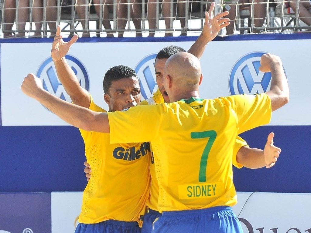 Benjamin (esq) comemora gol na vitória do Brasil sobre o México na estreia na Copa Latina